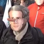 Los agricultores franceses le ponen a Macron una nariz de Pinocho